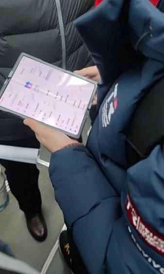 Складной смартфон Xiaomi заметили в китайском метро
