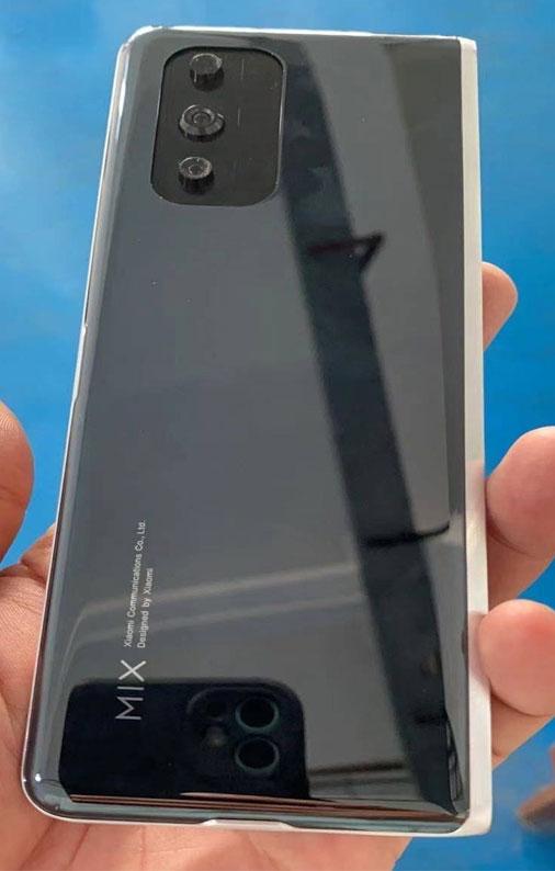 Складной смартфон Xiaomi на живых фото - Mi Mix 4?